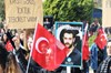 Akdeniz Üniversitesinde yaklaşık bin öğrenci, 2015 yılında bıçaklanarak öldürülen Fırat Yılmaz...