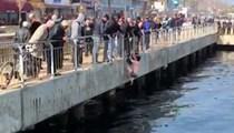 Denize düşen kediyi buz gibi suya girerek kurtardı