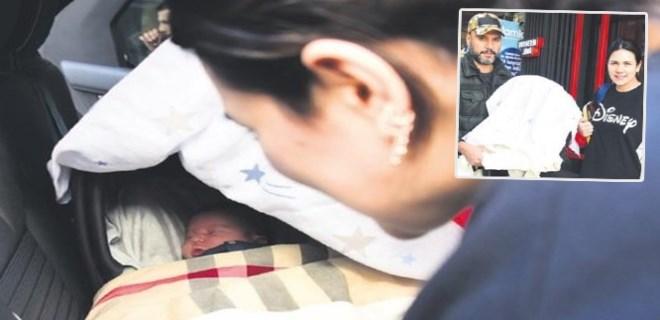 6 günlük bebekleriyle Arnavutköy'de görüntülendiler