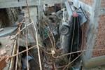 Kontrolden çıkan otomobil evin bahçesine düştü!