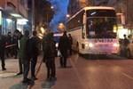 Muavin ve otobüs şoförünün kafasına silah dayayıp rehin aldı