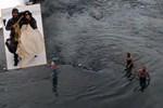 Tunceli'de 3 arkadaş buz gibi Munzur Çayı'nda yüzdü