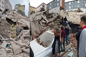 İstanbul'da bir bina çöktü!..