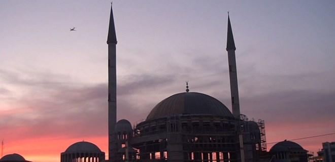 Taksim Camii'nin hilalle buluşması