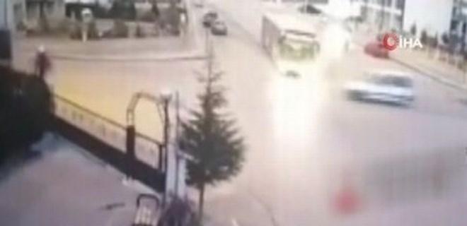 Başkent'te EGO otobüsü araca çarptı!