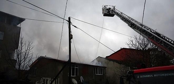 Sultanbeyli'de 2 katlı binada yangın
