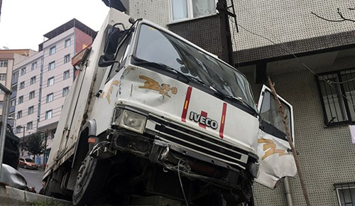 Şişli'de freni patlayan kamyonet ortalığı savaş alanına çevirdi!