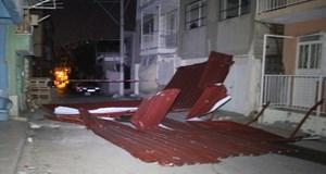 İzmir'de çatıları uçuran fırtına!