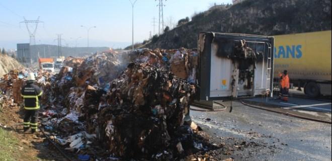 Alev alev yanan kağıt yüklü tır, TEM'i trafiğe kapattı