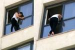 Sevgilisiyle tartışan kadın cama çıktı!
