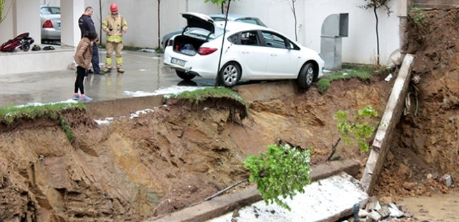 Kadıköy'de istinat duvarı çöktü, otomobil askıda kaldı!