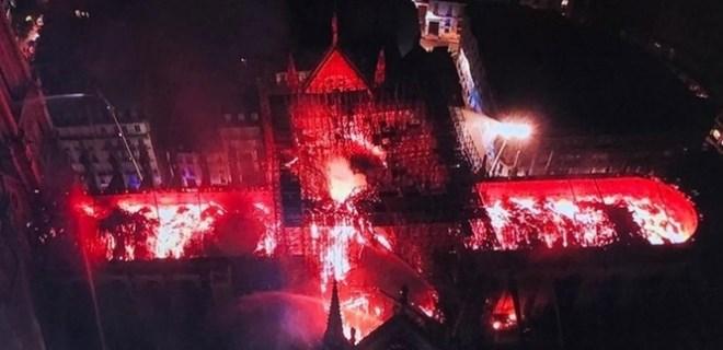 """Fransa'daki """"Notre Dame"""" yangını tüm dünyayı üzdü"""