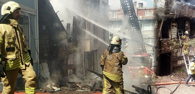 Beyoğlu'nda 3 katlı metruk bina böyle çöktü