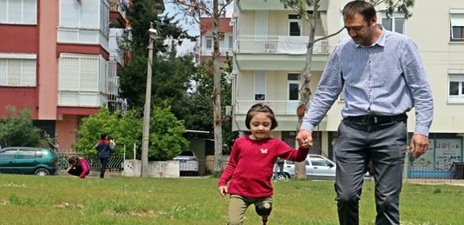 Babasının 150 TL'ye kurduğu düzenekle yürümeyi öğrendi