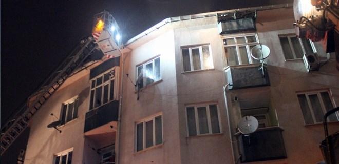 Eyüpsultan'da bir apartman çatısı alev alev yandı