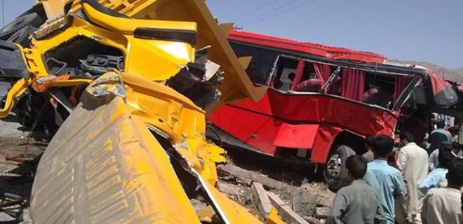 Yolcu otobüsüne damperli kamyon çarptı!