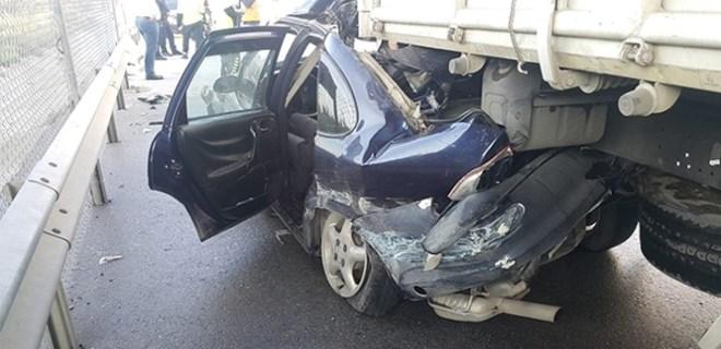 Hatay'da kamyon ile otomobil çarpıştı
