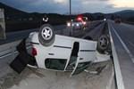 Kontrolden çıkan otomobil refüje devrildi