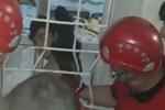 Demir parmaklıklara sıkışan çocuk kurtarıldı