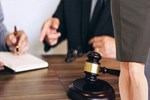 Avukatın etek boyuna tepki gösteren hakim görevden uzaklaştırıldı