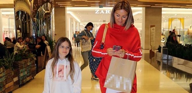 Pınar Altuğ kızıyla alışveriş turunda
