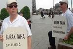 Mezar taşıyla Taksim Meydanı'nda poz verdi