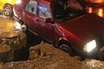 Yol çöktü, sürücü çukura düştü!