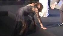 Nilüfer ödül töreninde yere kapaklandı