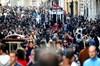 Memleketine giden 300 bine yakın seçmeni İstanbul'a taşımak için seferberlik ilan eden AK Parti...